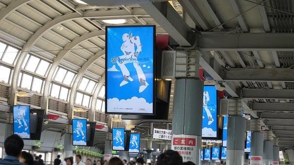 品川駅港南口自由通路のディスプレイ広告に『ケイリー君』登場
